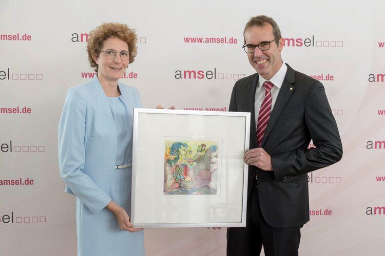 Preisträger des Medienpreises Prof. Dr. med. Mathias Mäurer (re.) mit Laudatorin Dr. Daniela Späth-Zöllner. (Foto: AMSEL e.V./Martin Stollberg)